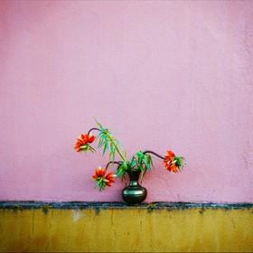 Des fleurs, un vase ancien...
